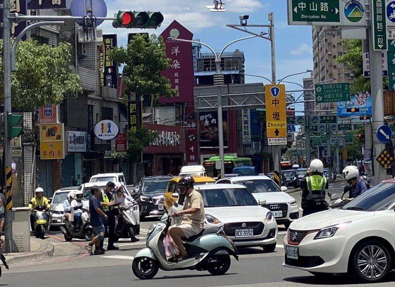 桃園市上半年行人交通事故造成18死、1686傷,傷亡人數激增,市警局決9月1日起為期1月,全面執行路口安全大執法,取締違規人車開罰。圖/市警局交大提供