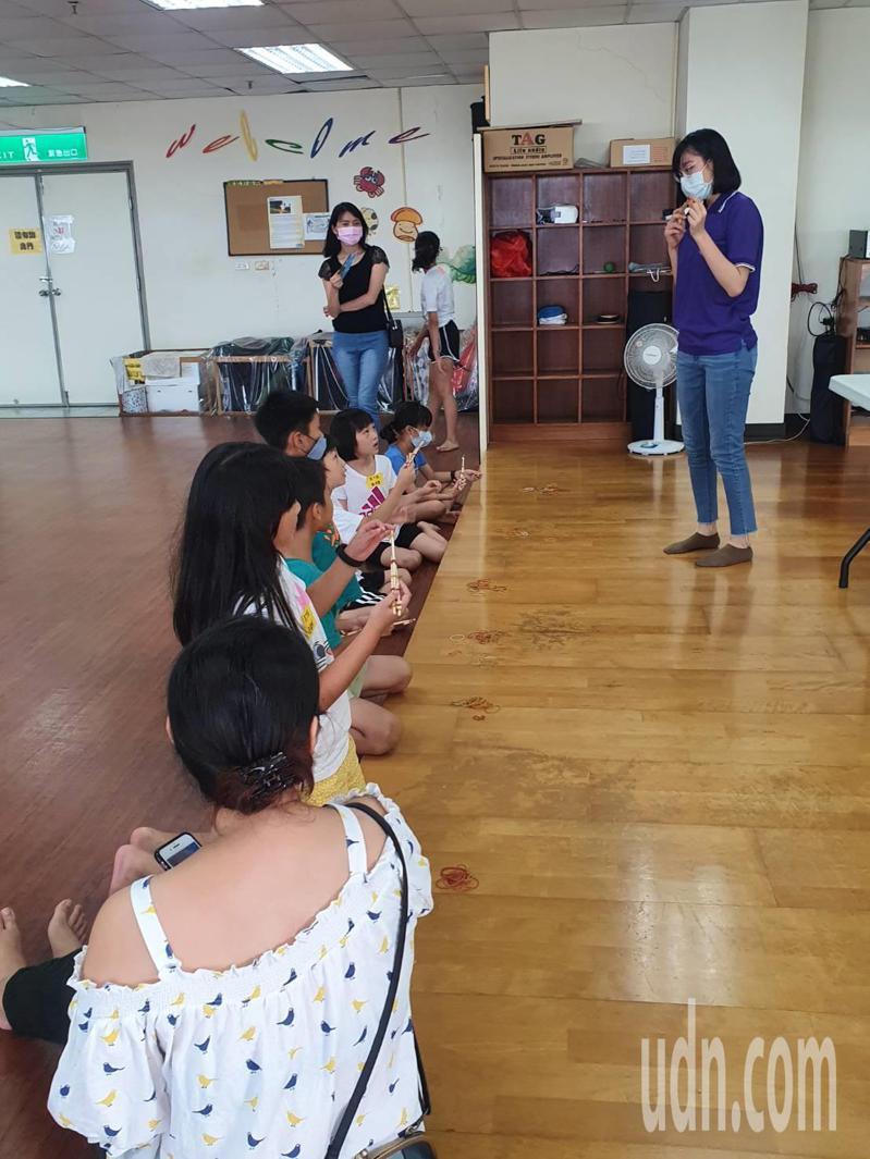 台南善化圖書館與婦幼警察隊合辦闖關,讓親子體驗警察的日常。圖/善化圖書館提供