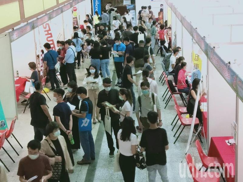 中部大型就業博覽會今天在逢甲大學登場,吸引逾千人求職,媒合率逾四成。記者趙容萱/攝影