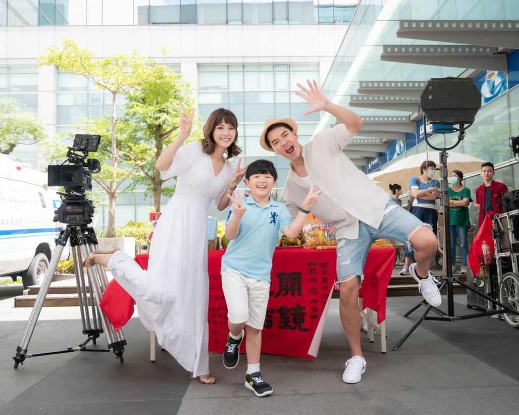 王傳一(右起)、胡千允、方語昕演出新戲「我叫梁山伯」。圖/緯來電影台提供