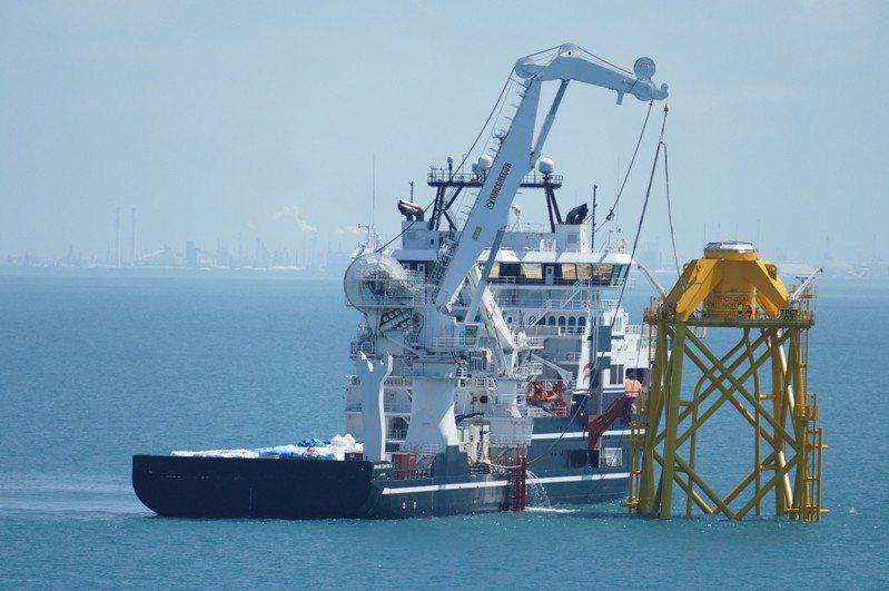 勞動部職安署今派員登船出航,針對台電「離岸風力發電第一期計畫-示範風場新建工程」外海施工區域實施檢查,圖為海上基樁套筒桁架組裝作業實況。圖/職安署提供