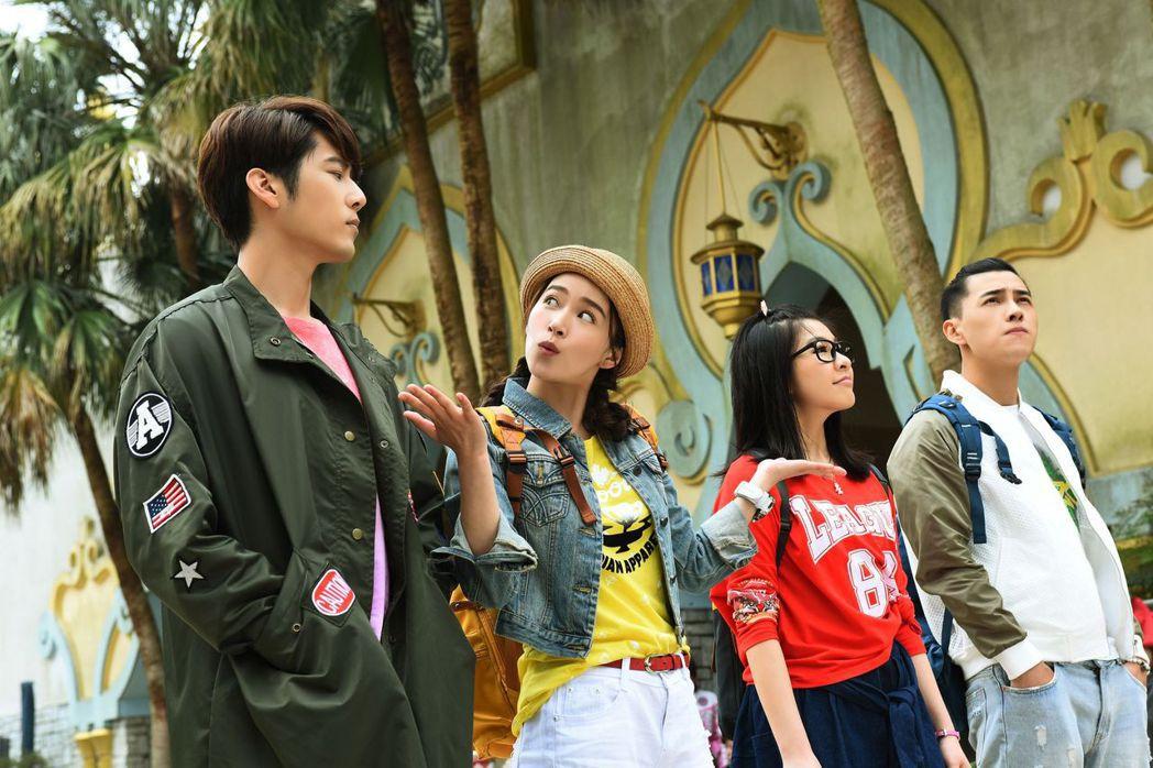 胡宇威(左)演出「那刻的怦然心動」到遊樂園取景。圖/中天娛樂台提供