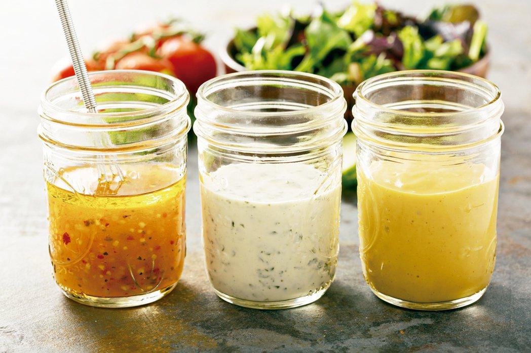 生菜沙拉是減肥民眾常選擇的食物,但若加上醬料,減重的速度恐會變慢,甚至有可能愈減...