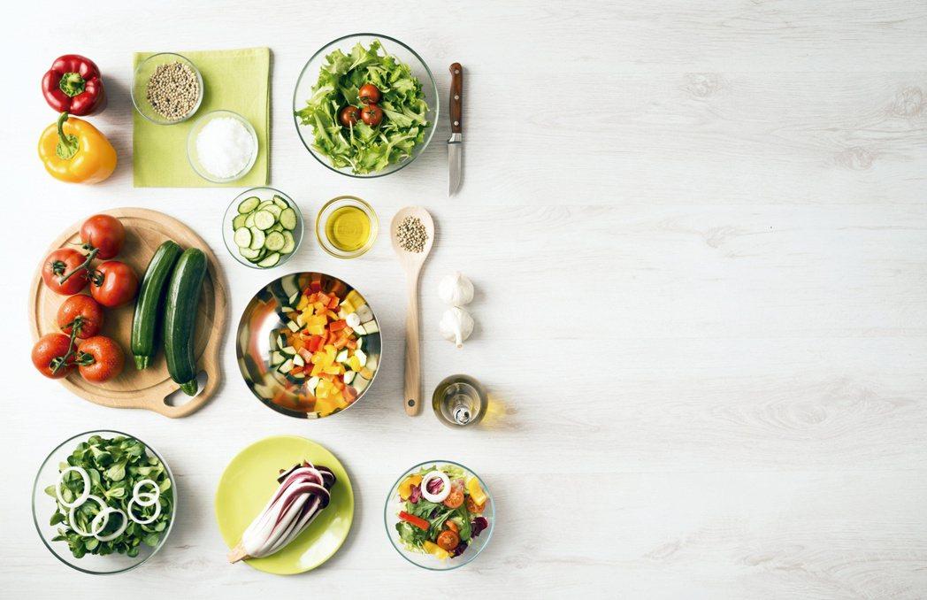 五顏六色的蔬菜水果富含維生素、礦物質以及纖維,更蘊藏植化素,製作沙拉時也鼓勵多元...