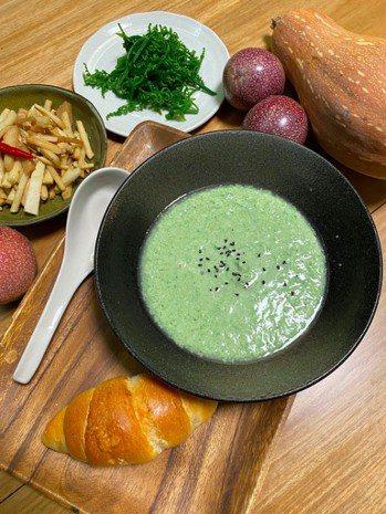 悶熟的雞胸肉與原汁,加上蔬菜、香料,放進料理機打成泥,就是美味濃湯。圖/朱慧芳提...