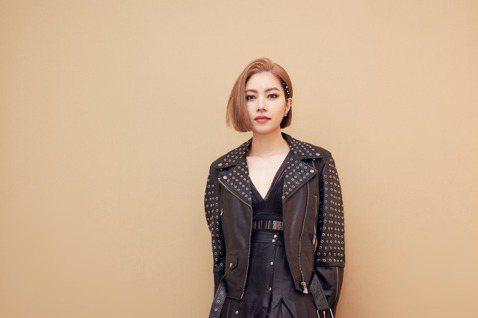 為了兌現與歌迷的約定,Yuki徐懷鈺昨晚在華山Legacy舉辦首場「你約我在夏天見面」演唱會,吸引1200位粉絲一同約會,一身黑色皮外套化身樂團女主唱,讓粉絲見識了不同以往的搖滾風情。她以招牌歌曲「...