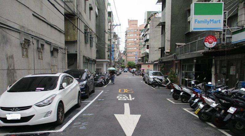 新北市永和區保平路巷弄共41個停車格,9月將納管收費。圖/交通局提供