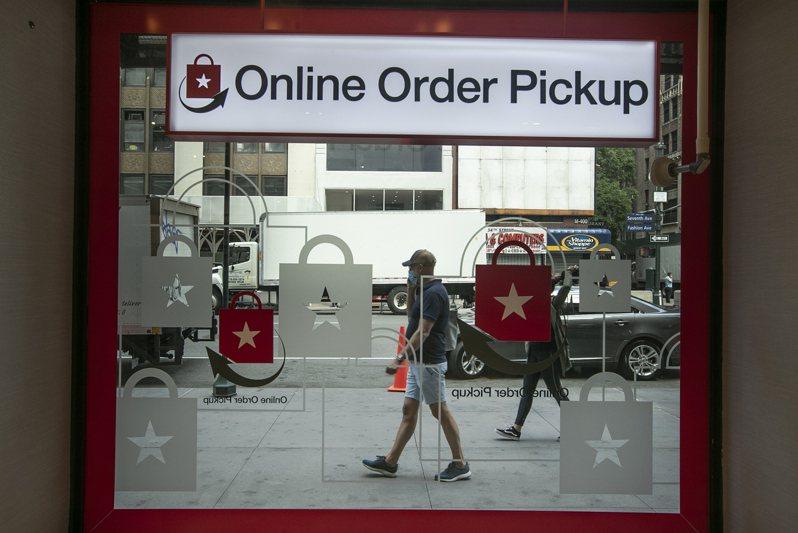 零售業允許不願進入實體店面的顧客能店前取貨。(美聯社)