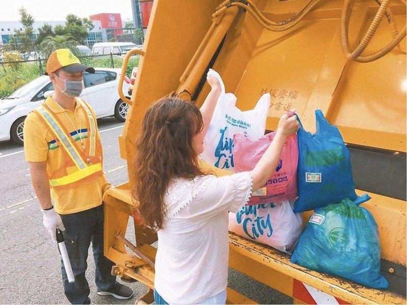 台北市為達到垃圾減量,環保局決定調漲焚化廠垃圾代清費,事業廢棄物代清費漲幅達近3成。 圖/環保局提供