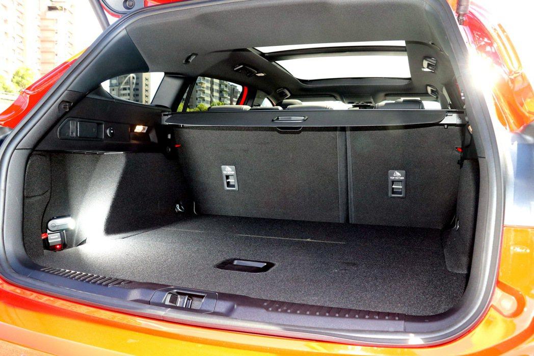 在標準5座模式下,即有約694公升的充足行李廂容積表現。 記者陳威任/攝影