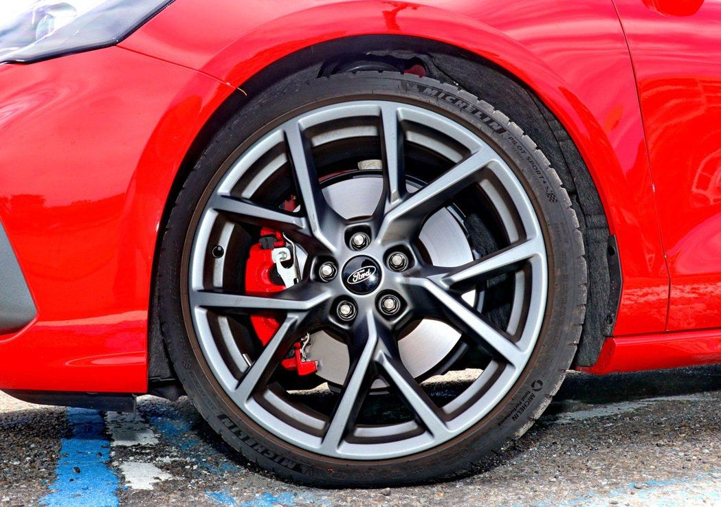 霧黑競速輕量化鋁圈及四輪大型碟煞及大型紅色卡鉗,再搭配上Michelin 19吋...