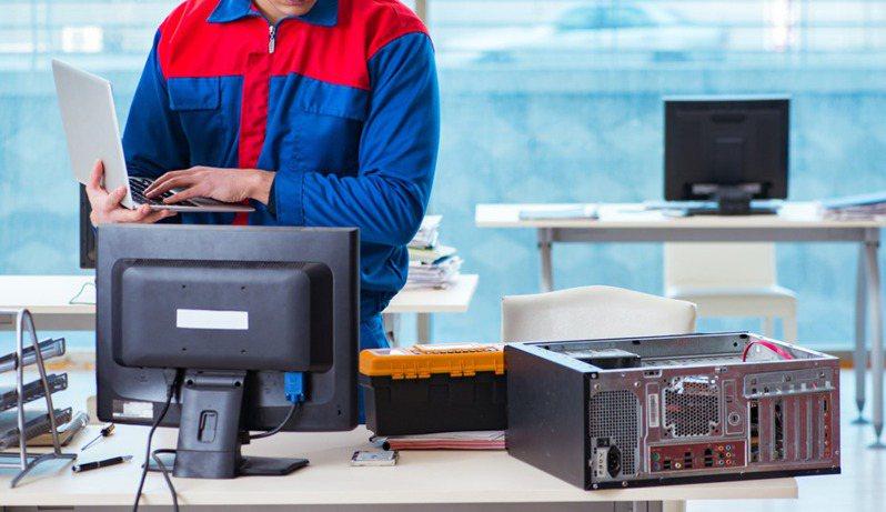 工程師感概自己用高效率的方法修電腦,卻被老闆開除。 圖/ingimage