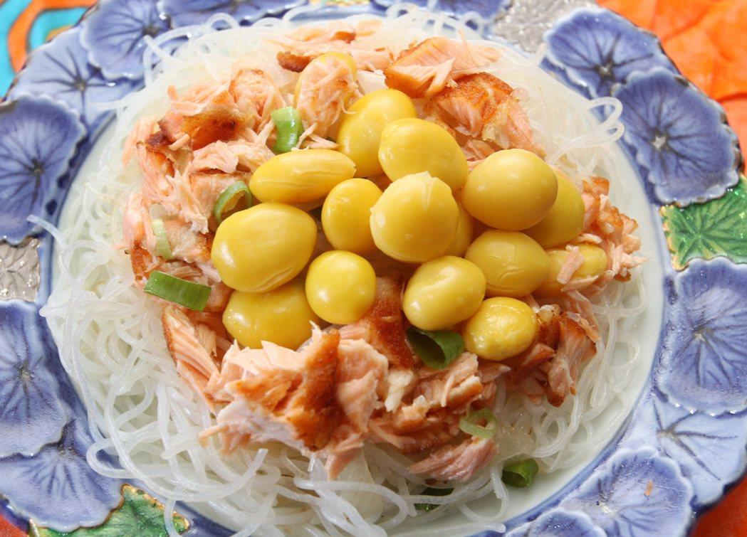 鮭魚炒米粉。記者侯永全/攝影