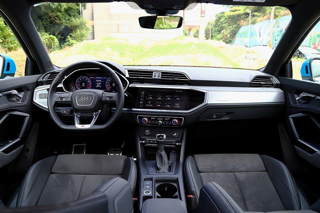 Audi Q3完全駕駛導向的數位儀表與控台螢幕,給予車艙滿滿的科技感。 記者張振...