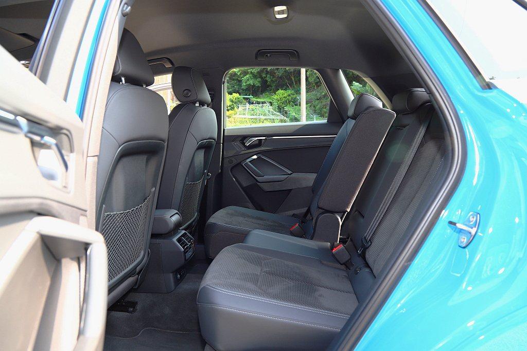 Audi Q3後座乘客擁有更充裕的頭部空間與車窗視野,也能透過座椅前/後滑移功能...