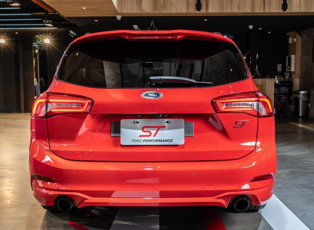 車尾以ST專屬運動化大型擾流尾翼、雙邊單出尾管及LED光條式尾燈來展現識別度。 ...