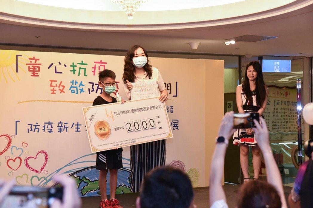 此次活動策劃人,本身為惠勝國際的執行長龔芷璇,頒贈獎項給得獎者。 黃啟銘/攝影。