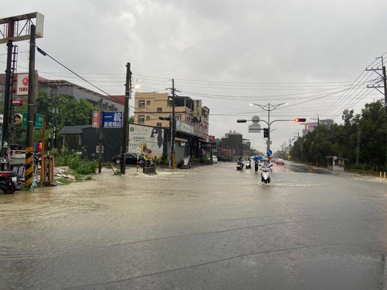 受到颱風巴威影響,高雄市22日下午強降雨,造成燕巢區樹德科技大學一帶積水,車輛涉水穿越,險象環生。圖/民眾提供