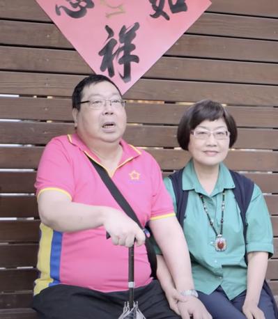 劉慧芳(右)照顧失智先生多年,覺得先生現在是可愛的老來伴。圖/失智症協會提供