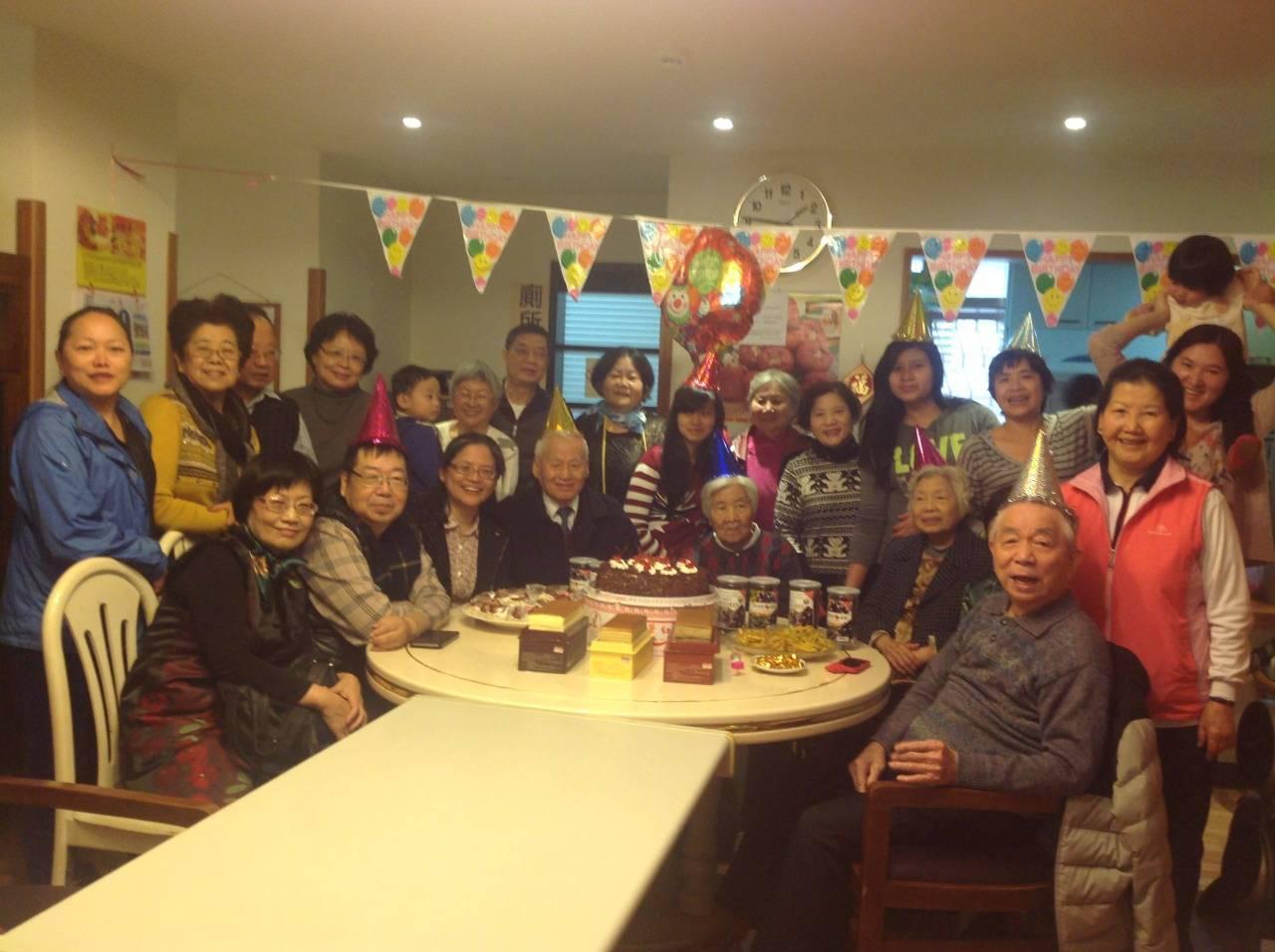 劉慧芳常常帶著先生(前排左一、左二)參加聚會,讓他感受到大家對他的愛與重視。圖/...