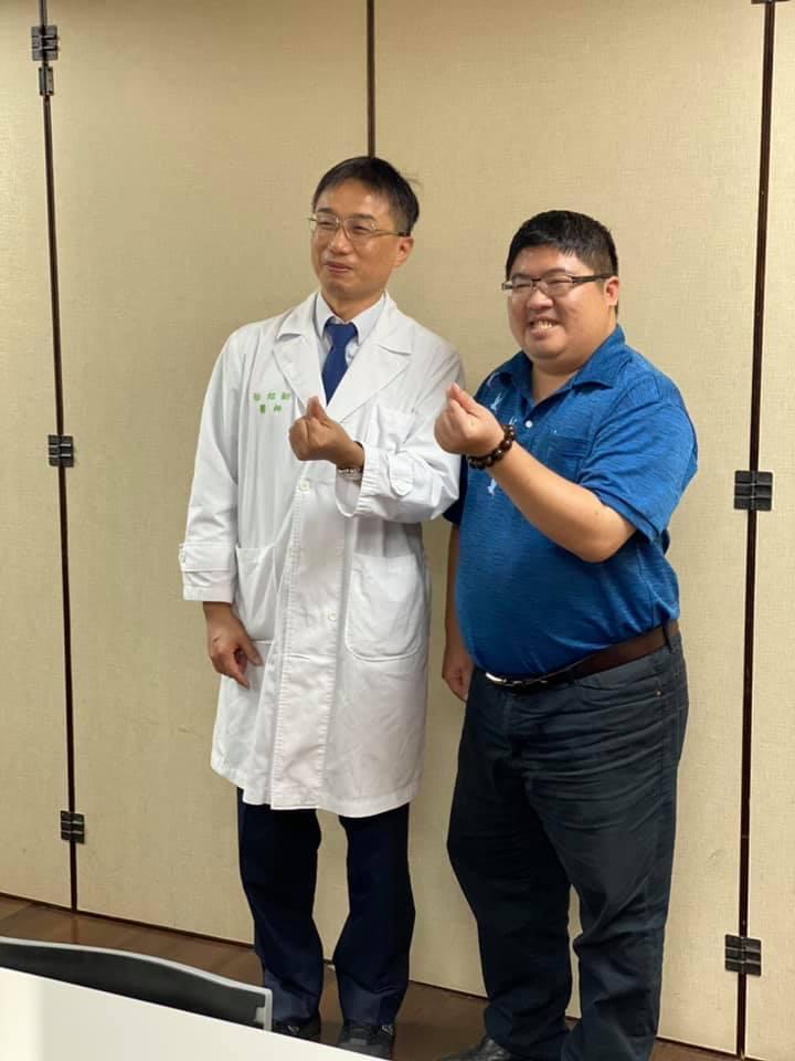嘉義縣立委蔡易餘(右)感恩父親的台大主治醫師徐紹勛(左),讓父親換肺重生。圖/取...