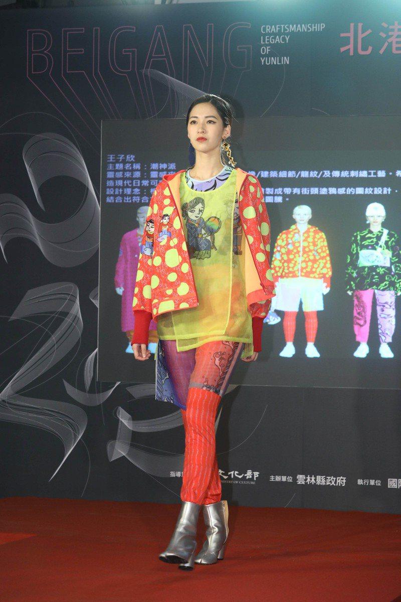 「2020神工傳藝北港百年藝鎮巡迴展」即日起在台北華山文化創意產業園區開展,國際策展人蕭青陽以北港迓媽祖結合工藝陣頭、時尚設計,歡迎參觀。圖/雲林縣文觀處提供