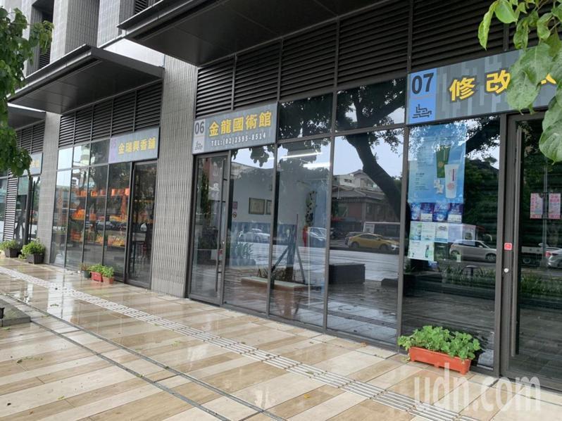 大龍市場外觀採深色玻璃窗,營運8個多月以來,外鋪攤商大喊吃不消。記者趙宥寧/攝影