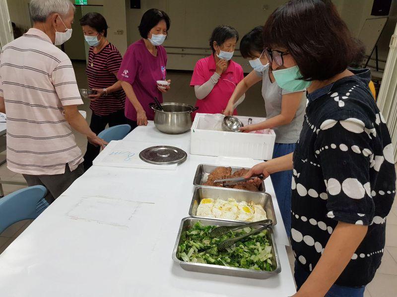 巷弄長照站提供每日餐食供應,讓長者不必獨自料理生活飲食。圖/縣府提供