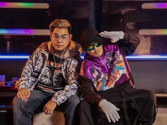 黃明志(右)新歌「不要去Club」,邀來搖頭歌鼻祖羅百吉重現復古電音。圖/亞洲通