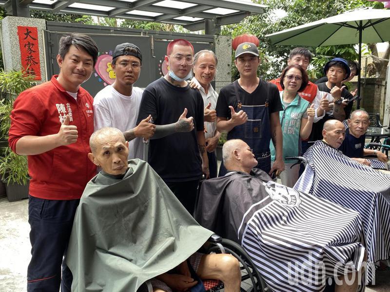 立委陳柏惟(左一)今天舉辦「3Q感謝祭」愛心義剪活動,也請「我們」義剪團髮型設計師陳忠漢(左二)幫他剪髮。記者趙容萱/攝影
