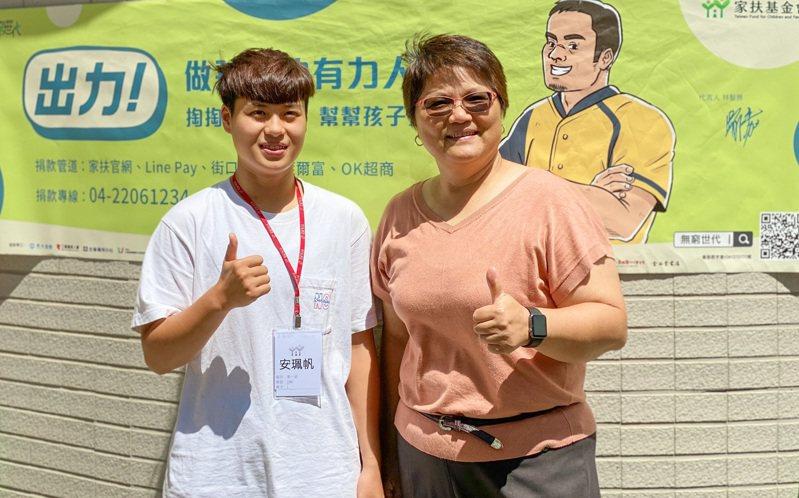 3年前剛考上高中的安珮帆(左)曾在獎助學金頒發典禮表演跆拳道,今年她順利考上彰師大運動學系。圖/苗栗家扶提供