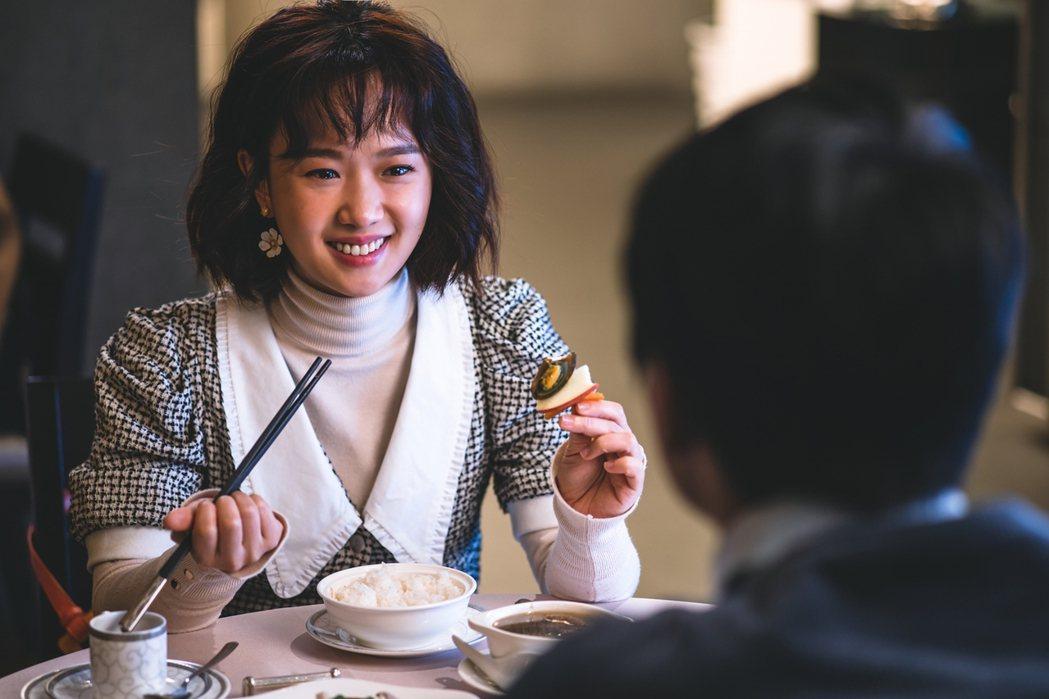 導演別具巧思用大稻埕名菜「烏魚子佐皮蛋」描述千金與僕人間的愛情。圖/華視提供