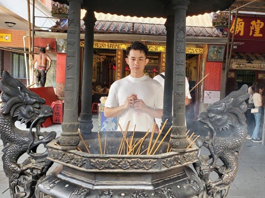曾子益為戲宣傳,赴霞海城隍廟拜拜。圖/華視提供
