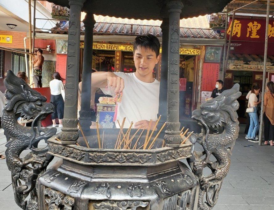 李冠毅為戲宣傳,赴霞海城隍廟拜拜。圖/華視提供