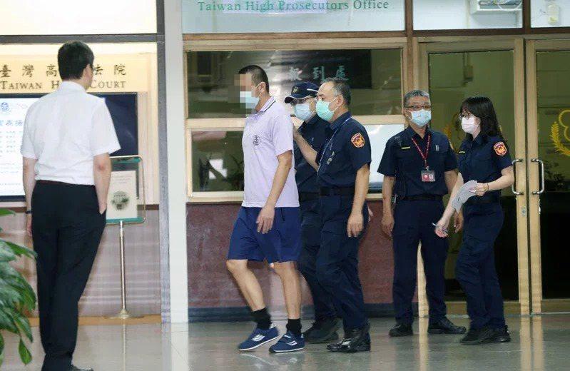 梁姓男子(左二)前年吸毒後持菜刀砍死母親還將頭顱從12樓往下扔,高院昨判無罪。圖╱本報資料照片