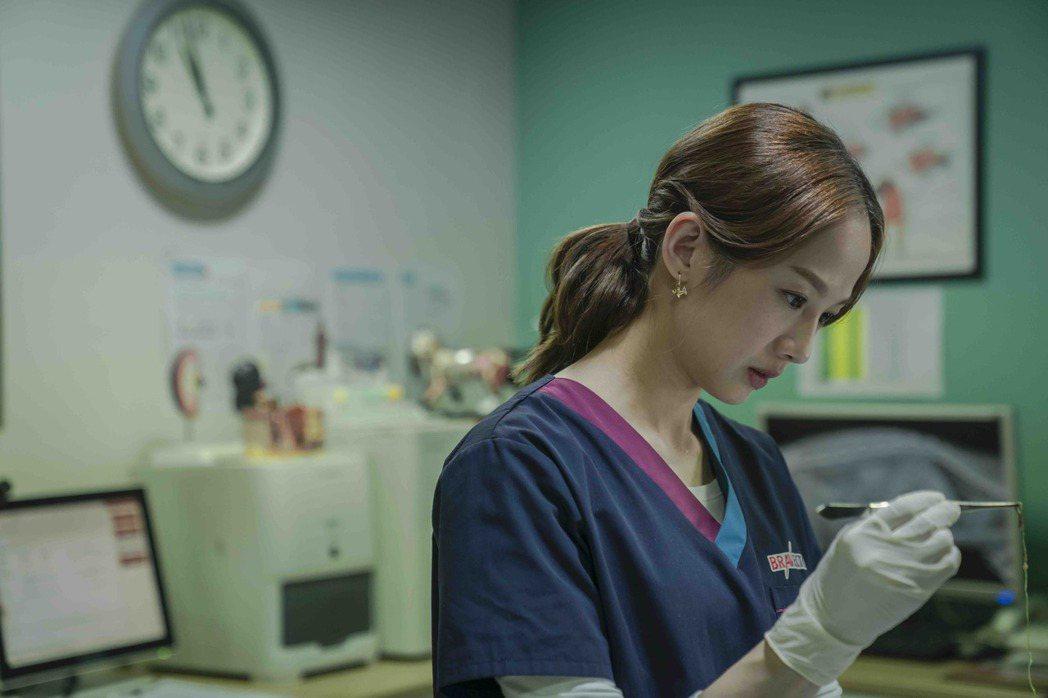 簡嫚書在「黑喵知情」戲中飾演獸醫院院長「葉宜甜」。圖/LINE TV提供