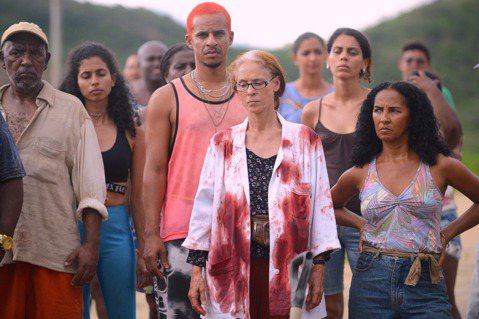 英國BBC評選為2020年迄今十大最精采電影之一的《殺戮荒村》(Bacurau)確定在台上映,從Google地圖消失的偏僻小村莊陷入預謀絞殺,揭開一段不為人知的現代寓言,結合70年代的西部片拍攝手法...
