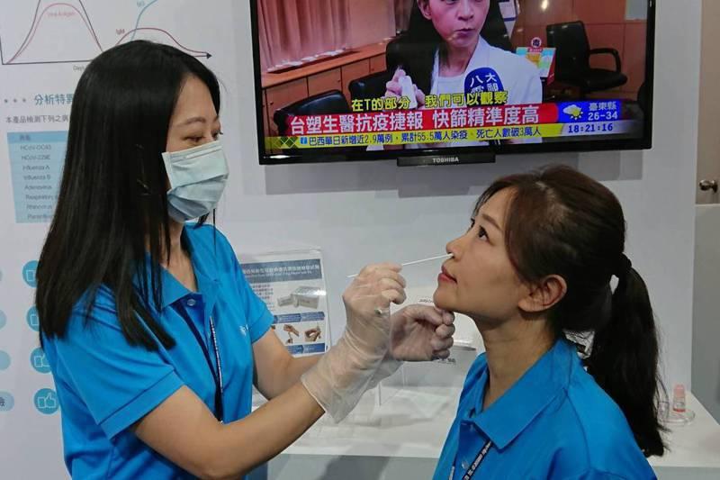 前衛生署長楊志良說,台灣自己做不出試劑,又不將錢花在疫苗研製上,拿去用在紓困、三倍券,是主要的問題。圖/聯合報系資料照片