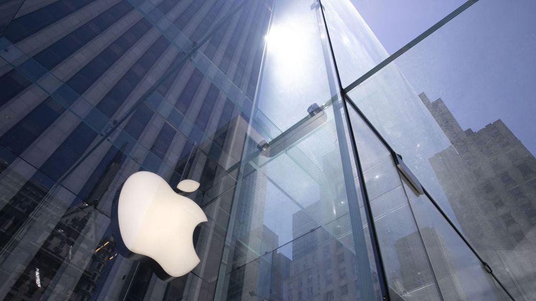 蘋果周五再漲5.2%,本周市值突破2兆美元關卡後繼續上漲。美聯社