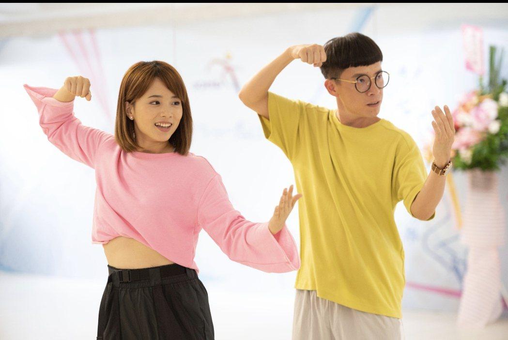 游小白(右)、王上菲在「女力報到-正好愛上你」發揮舞技。圖/TVBS提供