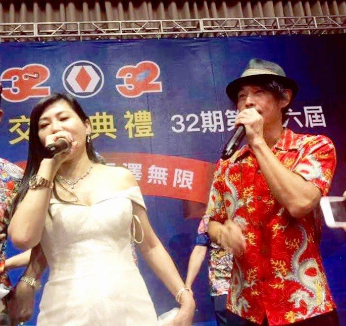 陳怡璇(左)接任會長,黃品源到場致賀,兩人合唱一曲。圖/十全十美提供