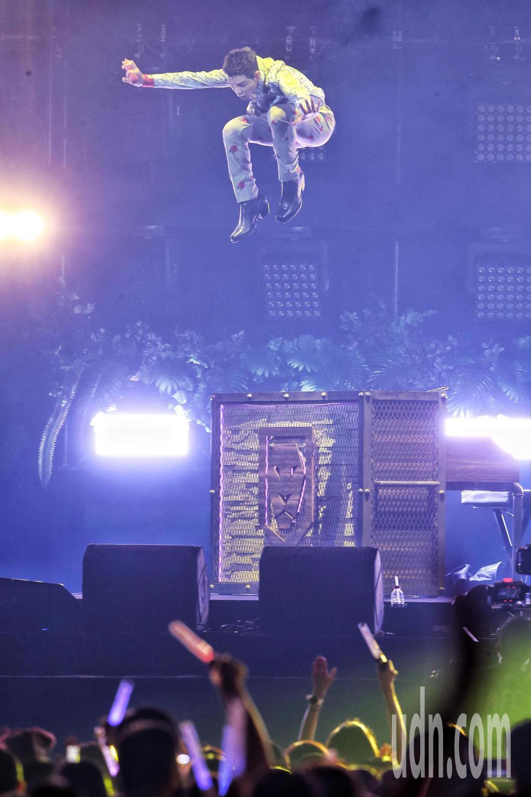 第11屆超犀利趴演唱會於小巨蛋展開,歌手蕭敬騰所屬的獅子合唱團Lion登台演唱演...