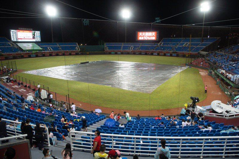 桃園球場賽事遇雨勢來亂,已四度蓋上帆布。記者季相儒/攝影