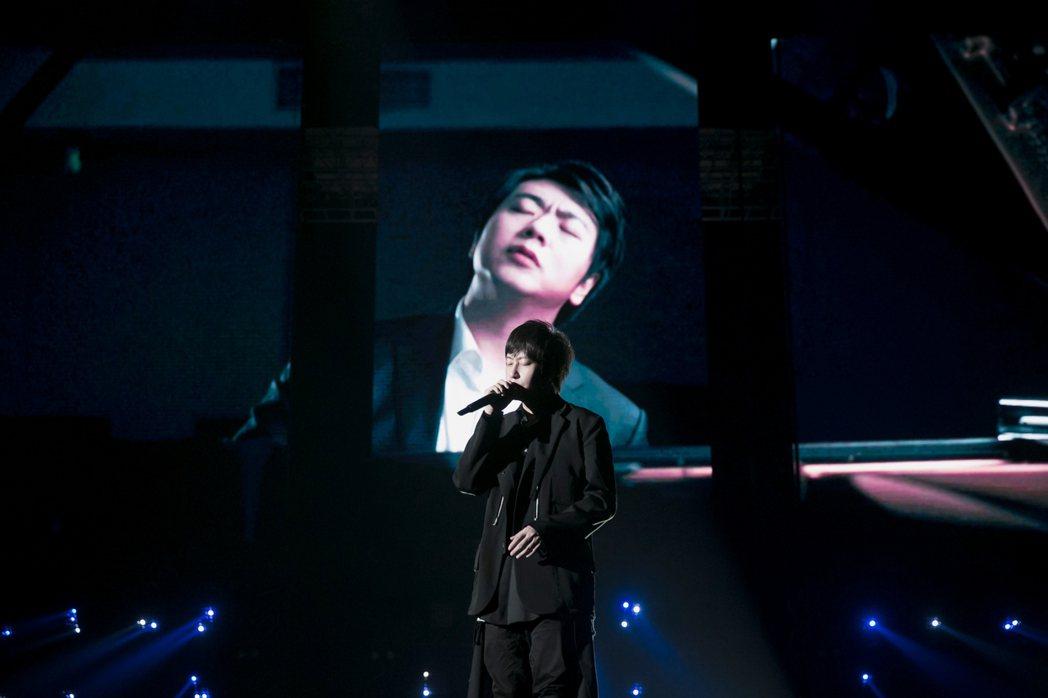 五月天阿信今晚與知名鋼琴家郎朗(後)雲端合作演出。圖/相信音樂提供