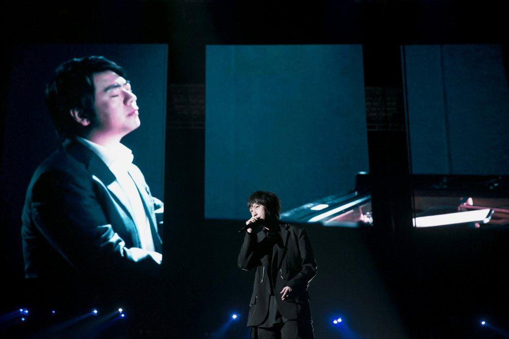 五月天阿信今晚與知名鋼琴家郎朗(左)雲端合作演出。圖/相信音樂提供