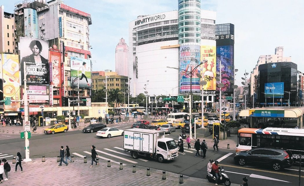 鄰近西門町商圈的捷運西門站,交通便利、生活機能佳,深受台北購屋族喜愛。 (本報系...