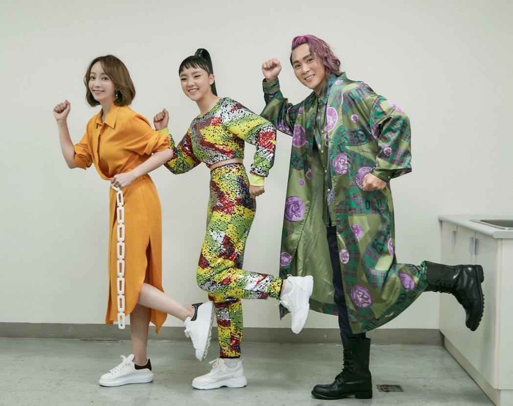 樂樂(中)結合媽媽季芹(左)與爸爸王仁甫的優點,頗有演藝天份。圖/華貴娛樂提供