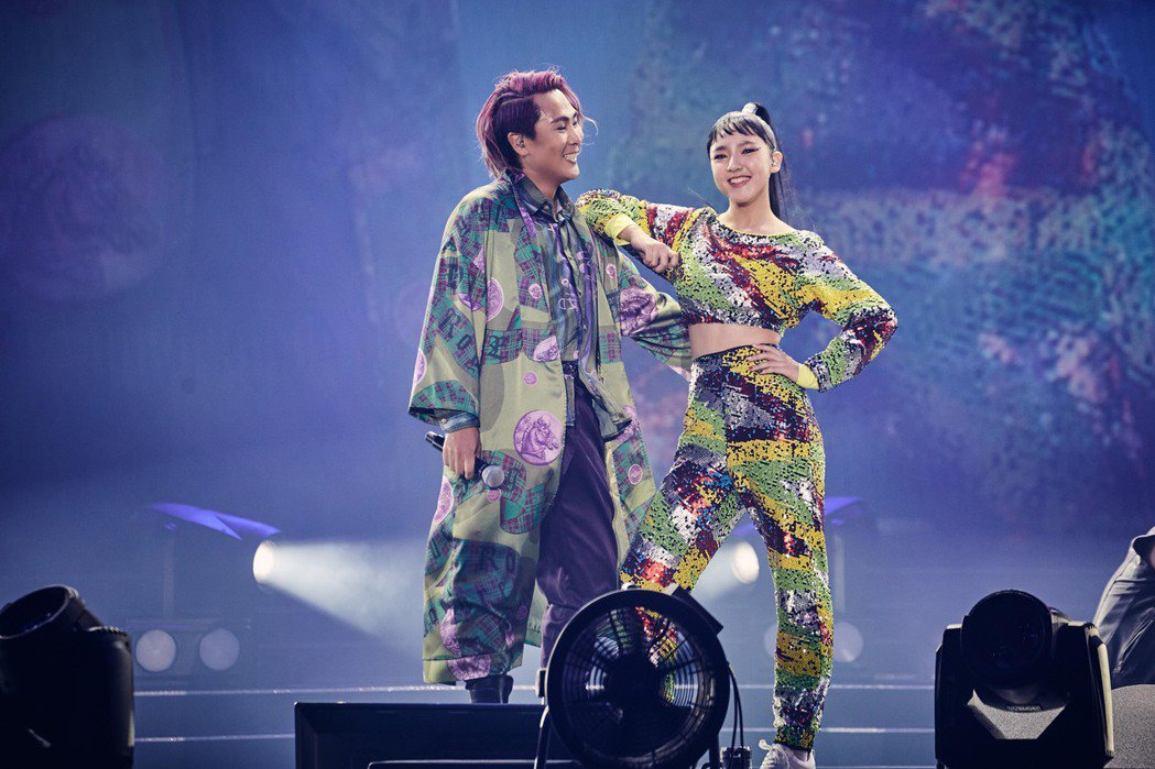 王仁甫(左)高雄開唱,女兒樂樂同台尬舞。圖/華貴娛樂提供