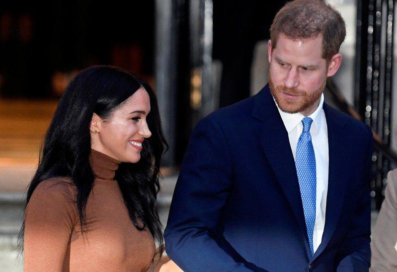 哈利王子(右)被傳擔心妻子梅根變成皇室中某些人員欲除掉的目標。圖/路透資料照片