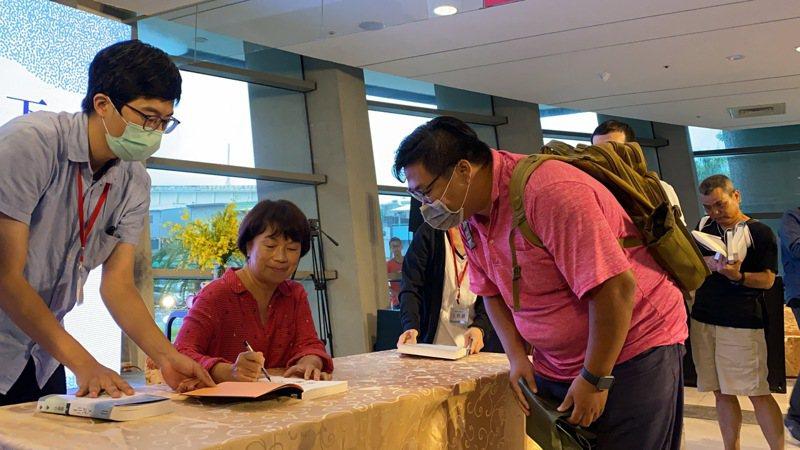 作家龍應台推出首部長篇小說「大武山下」,今天屏東演藝廳舉辦屏東新書分享會,近400人參與,現場也舉行簽書會。記者劉星君/攝影